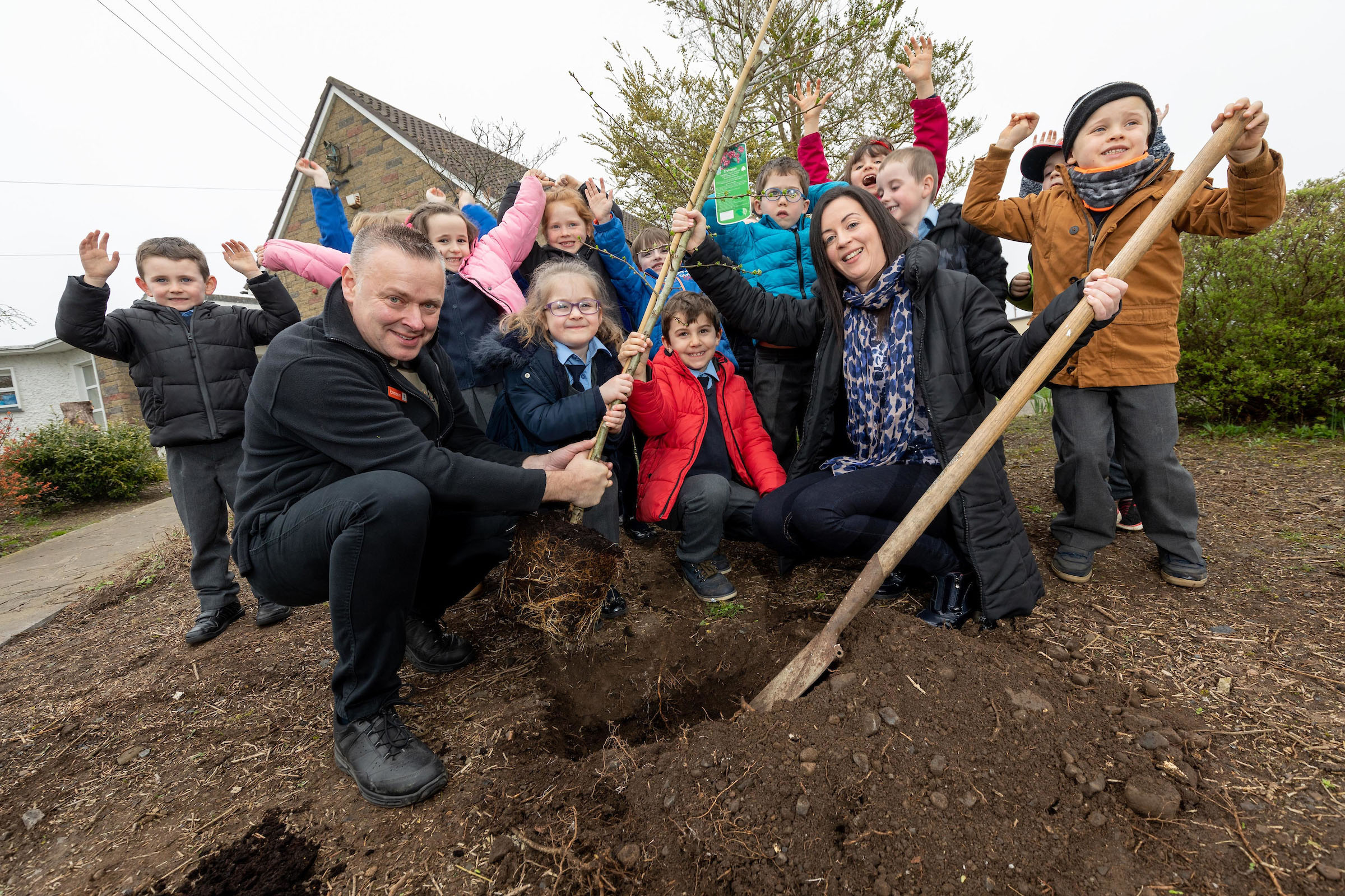 "Eamonn Wall of Arboretum Garden Centre in Carlow planting the first tree at Leighlinbridge National School to launch the Arboretum ""We only have one planet' campaign with Evelyn Gaynor aged 6 (glasses), Frankie Doyle aged 6 (red jacket) and Sarah Moriarty (teacher) with pupils from the senior infants class.  for further information please contact Sarah Corr  01 6789888  O'Leary PR"